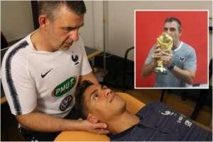 Jean-Yves Vandewalle, ostéopathe de l'équipe de France, en train de s'occuper de Raphaël Varane. • © Guillaume Bigot, FFF